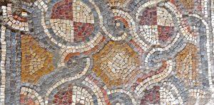 פסיפס עם עיטורים גיאומטריים- כל הזכויות שמורות לגלעד פלאי. © <i> synagogues.kinneret.ac.il </i>