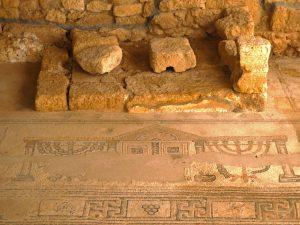 הבמה הקטנה בצד הצפוני. כל הזכויות שמורות לגלעד פלאי. © <i> synagogues.kinneret.ac.il </i>