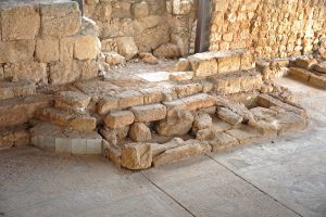 Bema on northern wall - Gilead Peli all rights reserved © <i> synagogues.kinneret.ac.il </i>