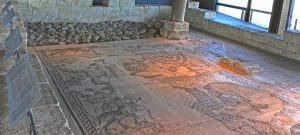 Western side of the Mosaic - Gilead Peli all rights reserved © <i> synagogues.kinneret.ac.il </i>
