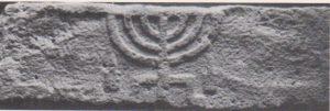 Menorah lintel Ilan 1991: 121, courtesy of Almoga Ilan © <i> synagogues.kinneret.ac.il </i>