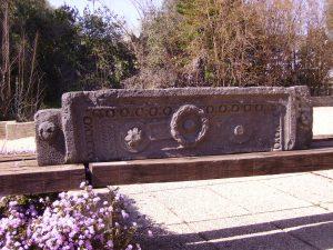 Lintel in Qasrin Museum courtyard, courtesy of Eran Meir © <i> synagogues.kinneret.ac.il </i>