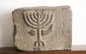 . משקוף עם תיאור מנורה, שופר ומחתה. צילום -עופר נוב. באדיבות מוזיאון עתיקות הגולן. © <i> synagogues.kinneret.ac.il </i>