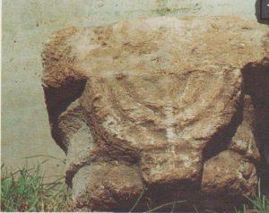 Menorah capital Ilan 1991: 219 © <i> synagogues.kinneret.ac.il </i>