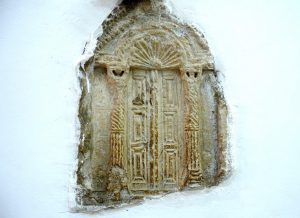 Stone with holy ark presented in the modren synagogue, Gilead Peli all rights reserved. © <i> synagogues.kinneret.ac.il </i>