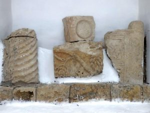 Architectural fragments presented in the modren synagogue, Gilead Peli all rights reserved. © <i> synagogues.kinneret.ac.il </i>