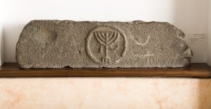 Menorah lintel,  photo of Ofer Nov, courtesy of the Golan Archaeological Museum © <i> synagogues.kinneret.ac.il </i>