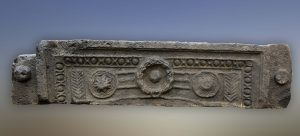 Lintel, photo of Ofer Nov, courtesy of the Golan Archaeological Museum © <i> synagogues.kinneret.ac.il </i>
