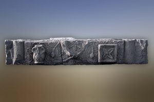 משקוף. צילום- עופר נוב. באדיבות מוזיאון עתיקות הגולן. © <i> synagogues.kinneret.ac.il </i>