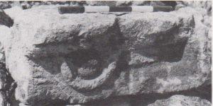 קטע של משקוף מעוטר. אילן 1991, עמ' 136, באדיבות אלמוגה אילן. © <i> synagogues.kinneret.ac.il </i>