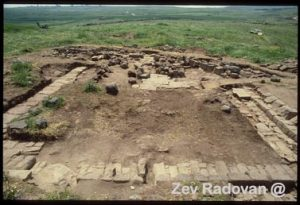 4113. HIRBETH SHURAH SYNAGOGUE IN EASTERN GALILEE, DATING FROM THE 3-4TH. C. AD © <i> synagogues.kinneret.ac.il </i>